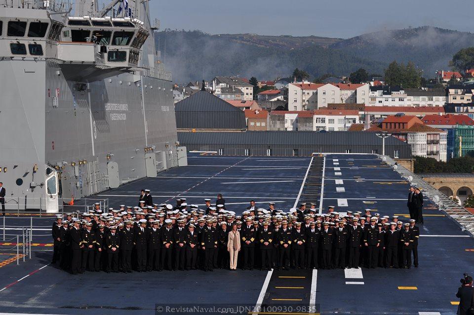 Foto de familia con la dotación del «Juan Carlos I» durante la entrega del buque en 2010. Esta imagen se repetirá hoy en Cádiz (Foto: Revista Naval)