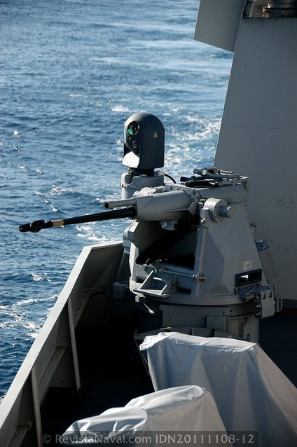 Cañón BAE-System Mk-38 Typhoon de 25mm, la Armada ha seleccionado la versión más moderna de este sistema defensivo, que puede ser controlado de forma remota desde el CIC (Foto: Javier Sánchez García/Revista Naval)