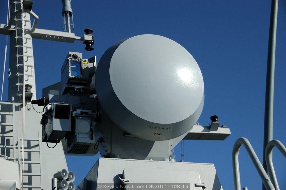 Primer plano de la dirección de tiro optrónica DORNA (Foto: Javier Sánchez García/Revista Naval)