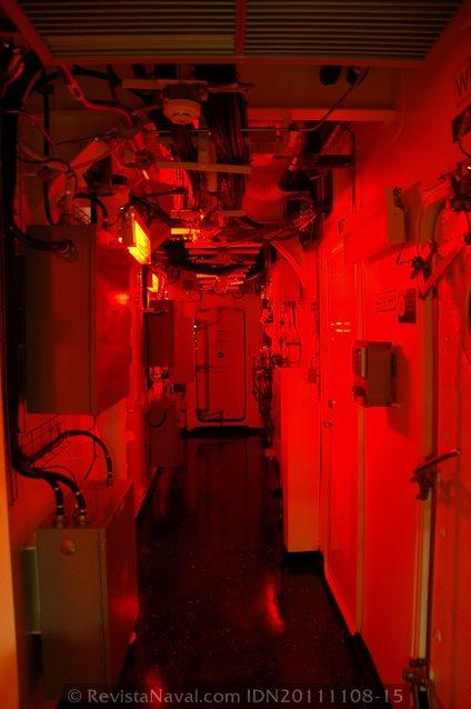 Las zonas de paso, en la fotografía con iluminación de combate, son generosamente amplias para tratarse de un buque de guerra (Foto: Javier Sánchez García/Revista Naval)