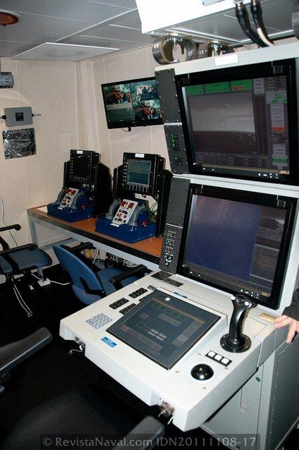 Consola del sistema DORNA, en primer plano, y los dos puestos de control de los cañones Mk-38 Typhoon al fondo (Foto: Javier Sánchez García/Revista Naval)