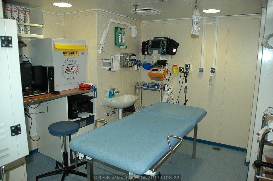 El hospital de los BAM incluye un quirófano equipado para realizar pequeñas intervenciones asistidas por telemedicina (Foto: Javier Sánchez García/Revista Naval)
