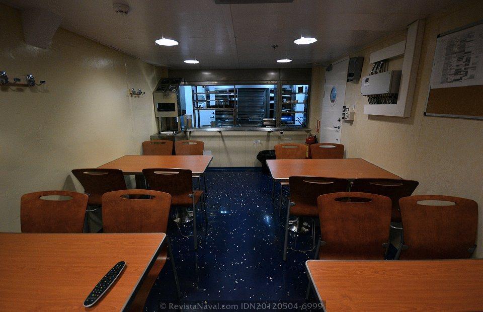 La cocina de los BAM centraliza el servicio a cuatro comedores como el que se muestra en la fotografía, destinados a oficiales, suboficiales, marinería, y finalmente al personal de transporte en función de la misión del buque (Foto: Xoán Porto/Revista Naval)