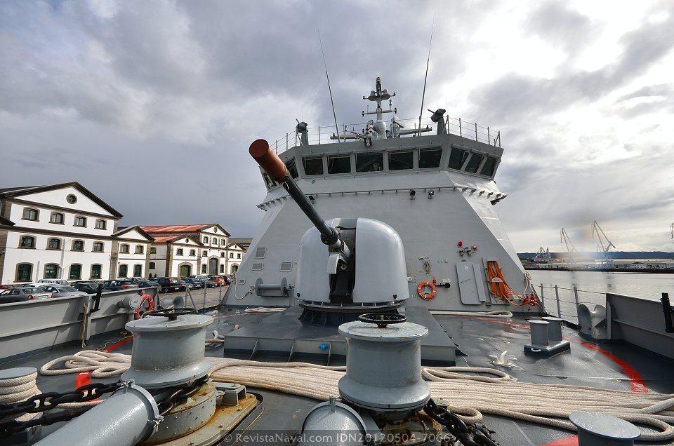 Vista de la pieza artillera principal, un OTO-Melara 76/62 mm Compatto (Foto: Xoán Porto/Revista Naval)