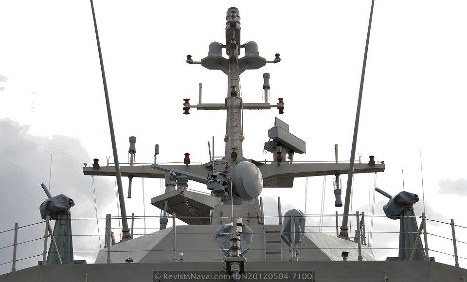 Vista por proa del mástil principal del P-43 «Relámpago», donde destacan el radar de exploración combinada Aries-SAAS y sistema de contramedidas Rigel, el sistema TACAN que corona el palo estaba pendiente de instalación en el momento de realizar esta fotografía (Foto: Xoán Porto/Revista Naval)