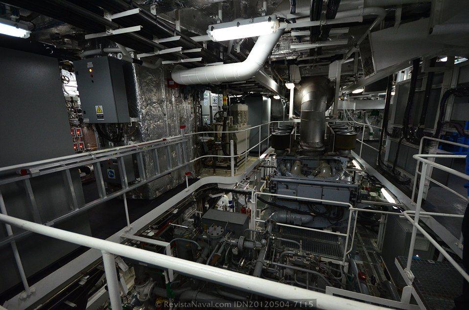 Una de las dos cámaras de máquinas con que cuentan los BAM, cada una de ellas equipada con un motor diesel de 4.500 kW y un motor eléctrico de 750 kW para regímenes de baja velocidad (Foto: Xoán Porto/Revista Naval)