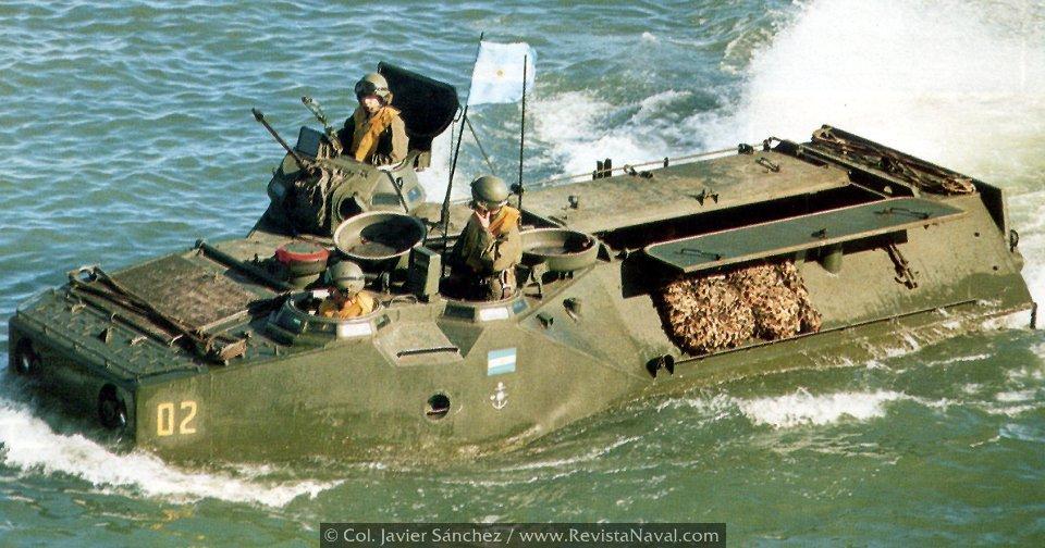 En la Operación Rosario los LVTP-7, VAOs en su denominación argentina, tuvieron un papel principal en las primeras oleadas de desembarco. En cada uno de estos vehículos iban 22 hombres (Foto: colección Javier Sánchez)