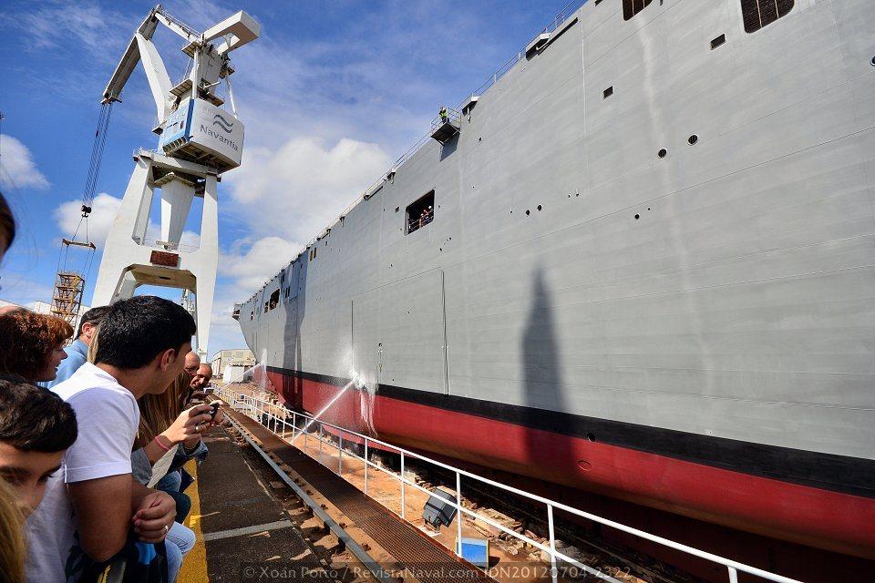 El buque comienza a deslizarse por la grada (Foto: Xoán Porto / Revista Naval)