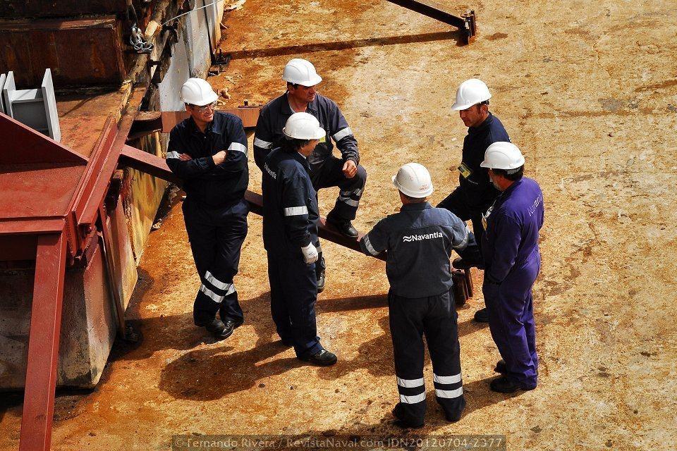 Operarios del astillero charlan relajadamente a pie de grada, antes del comienzo de la maniobra de lanzamiento (Foto: Fernando Rivera / Revista Naval)