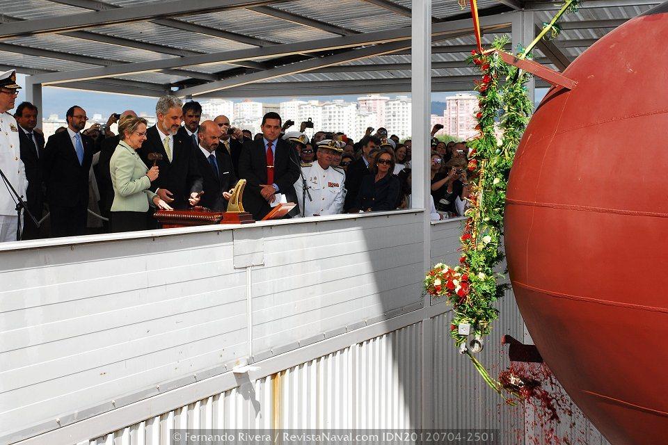 Momento en que la botella, en este caso de vino, se estrella contra el casco del «Adelaide» como señal de buen augurio (Foto: Fernando Rivera / Revista Naval)
