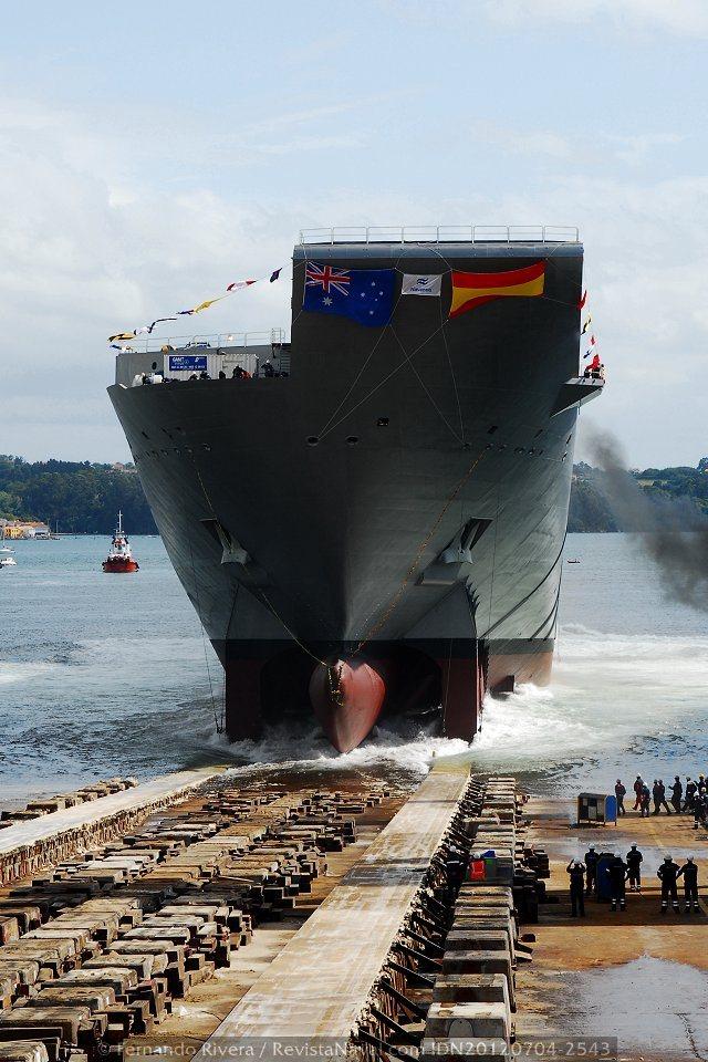 Los operarios contemplan a pie de grada los últimos segundos del buque en el camino de rodadura (Foto: Fernando Rivera / Revista Naval)