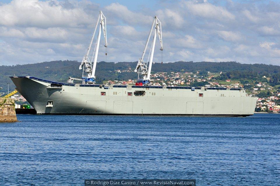 El LHD «Canberra» atracado en los muelles de Navantia Ferrol, en una imagen tomada a mediados de julio (Foto: Rodrigo Díaz Castro / Revista Naval)