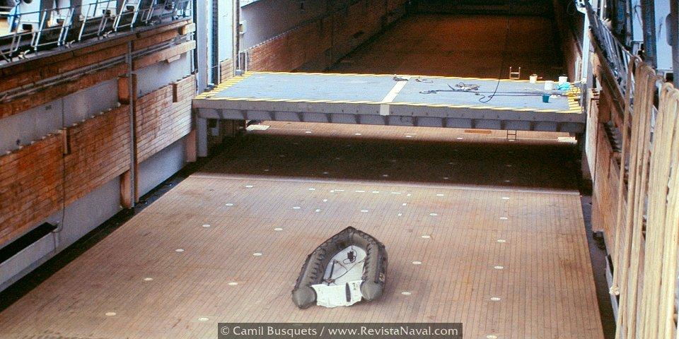 Dique inundable y el ascensor para el movimiento de vehículos entre cubiertas (Foto: Camil Busquets / Revista Naval)