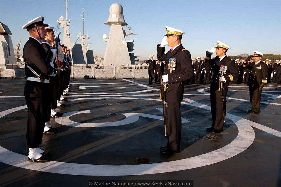 Ceremonia de transferencia a bordo del Foudre (Foto: Marine Nationale)