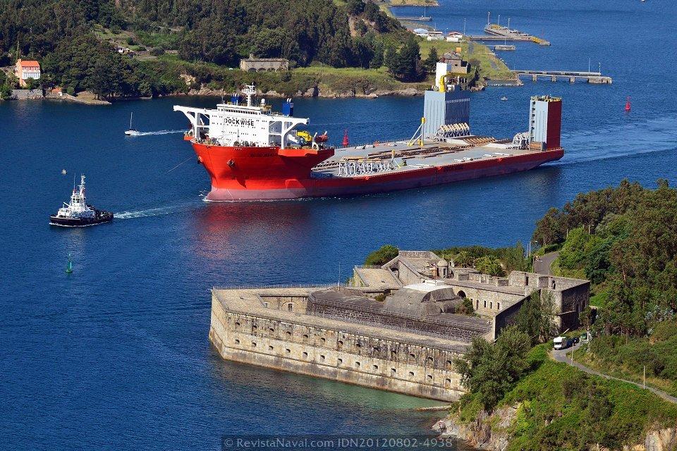 El «Blue Marlin» ante el fuerte de A Palma, en la ribera sur de la ría de Ferrol (Foto: Xoán Porto / Revista Naval)