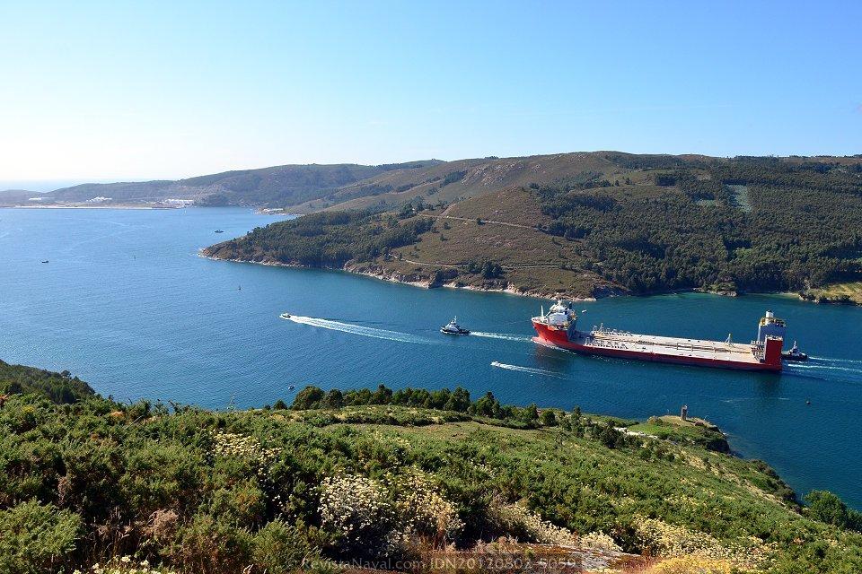 La zona más angosta de la ría de Ferrol tiene apenas 250 metros de anchura, que ponen en evidencia la manga de casi 64 metros del «Blue Marlin» (Foto: Xoán Porto / Revista Naval)