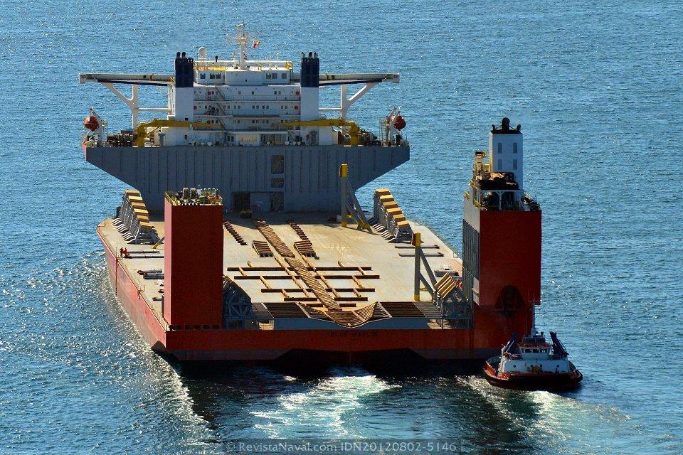 El LHD «Canberra» será introducido de popa sobre el «Blue Marlin» en la dársena del puerto exterior de A Coruña (Foto: Xoán Porto / Revista Naval)