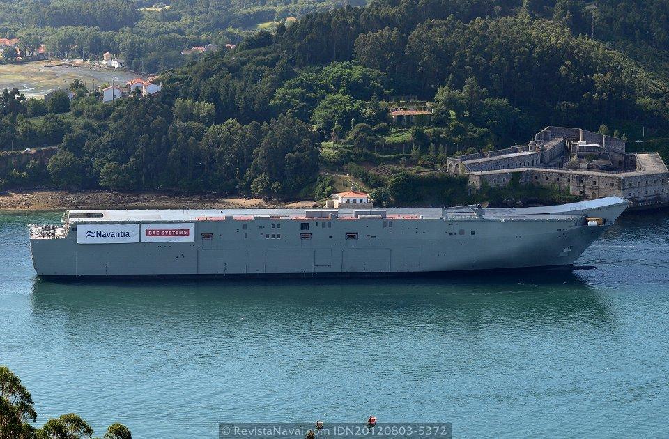 En la mañana del 3 de agosto el buque zarpó de Ferrol, por primera vez en su corta historia, para efectuar una salida a la mar. En la imagen frente al castillo de A Palma (Foto: Xoán Porto / Revista Naval)