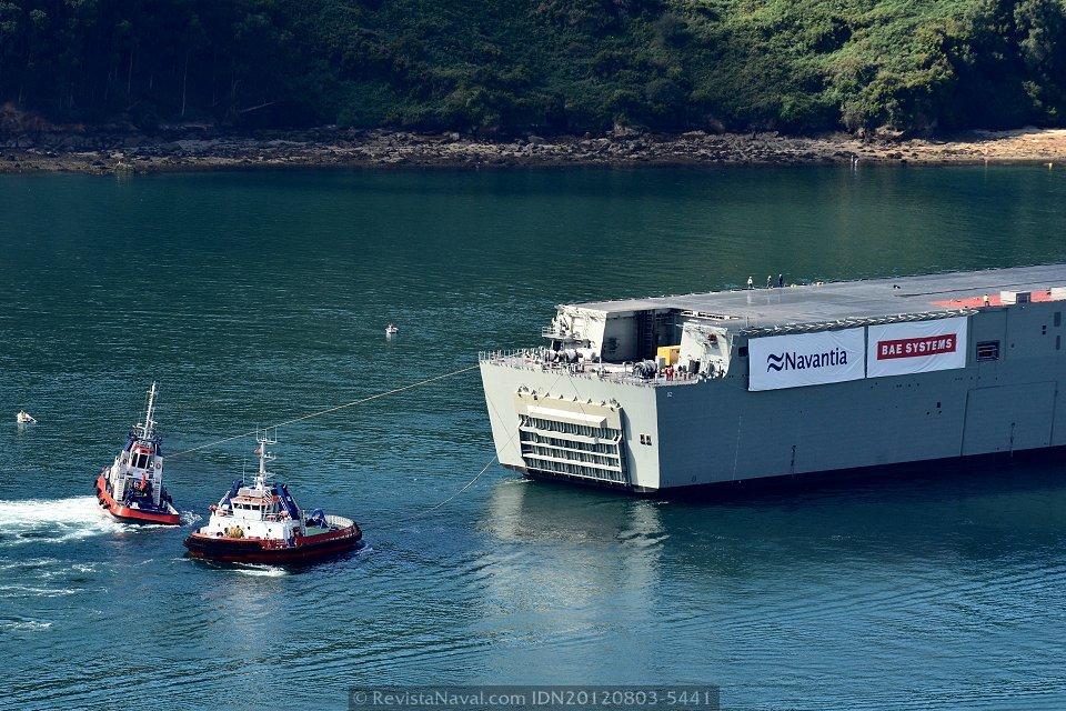 Carente de propulsión propia, el «Canberra» fue apoyado en su tránsito hasta la dársena exterior de Punta Langosteira (A Coruña) por cuatro remolcadores (Foto: Xoán Porto / Revista Naval)