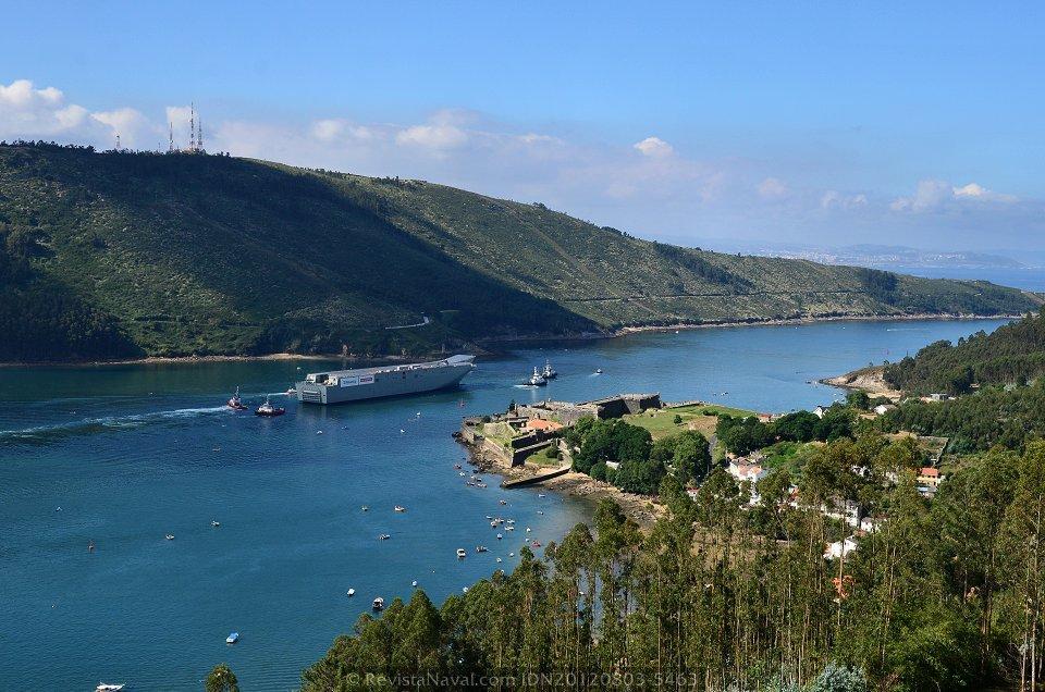 El «Canberra» atraviesa la canal de la boca de la ría de Ferrol. Al fondo la ciudad de A Coruña (Foto: Xoán Porto / Revista Naval)