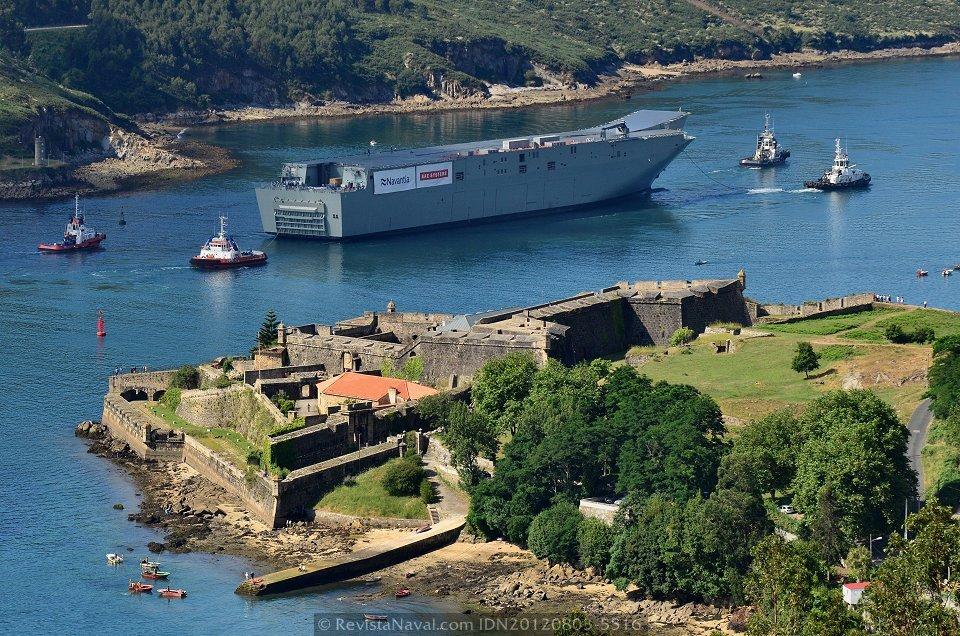 El futuro HMAS «Canberra» pasa entre el castillo de San Felipe, en la zona más angosta de la canal de la ría de Ferrol en su primera salida a la mar (Foto: Xoán Porto / Revista Naval)