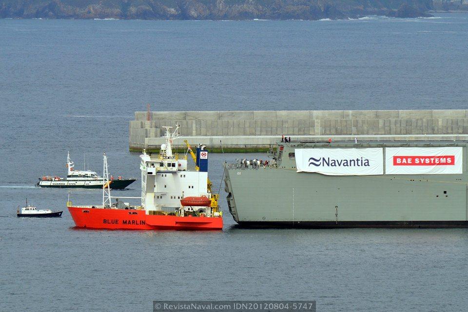 Detalle de la operación de embarque, la proa del Blue Marlin, apenas sobresale de la superficie del mar, junto a la popa del LHD Canberra (Foto: Xoán Porto/Revista Naval)