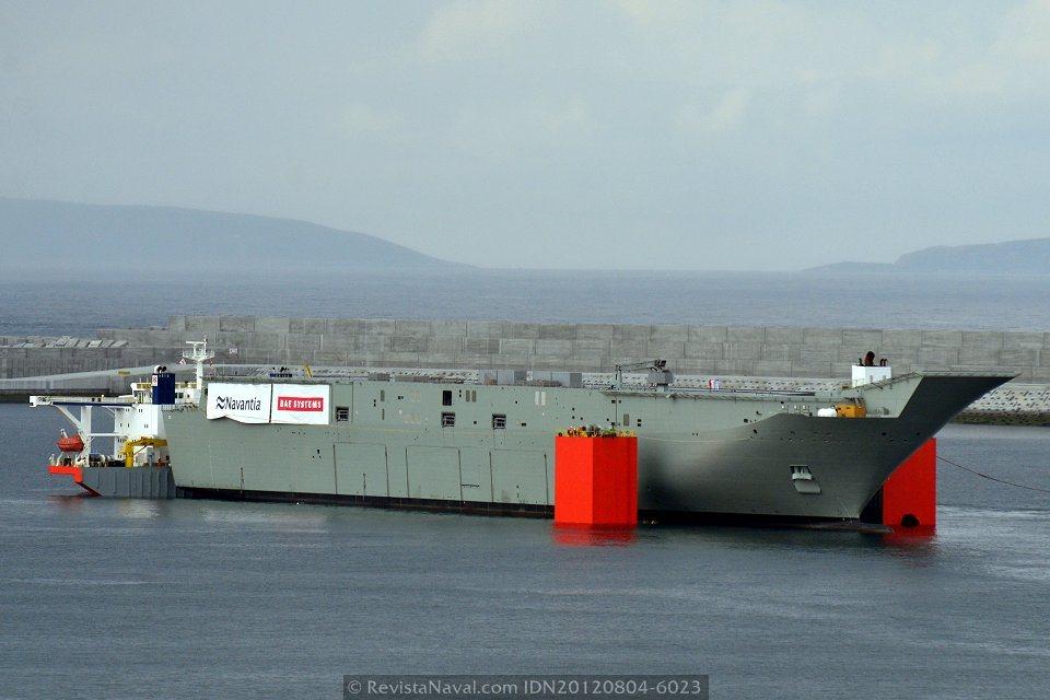 El Adelaide repetirá la operacion de carga del LHD Canberra en 2012, aunque cambiando de escenario: la ría de Vigo toma el relevo de la dársena artificial de Punta Langosteira, en el puerto exterior de A Coruña (Foto: Xoán Porto/Revista Naval)