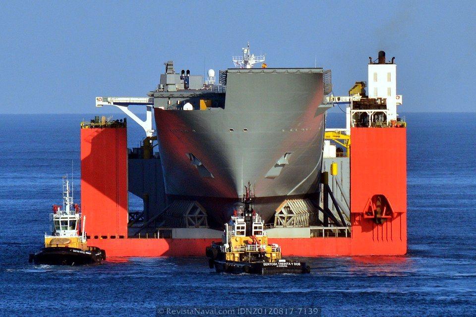 Espectacular vista del LHD Canberra estibado a bordo del Blue Marlin, los 32 metros de manga del buque anfibio se quedan pequeños ante los 63 metros del semisumergible holandés de Dockwise (Foto: Xoán Porto/Revista Naval)