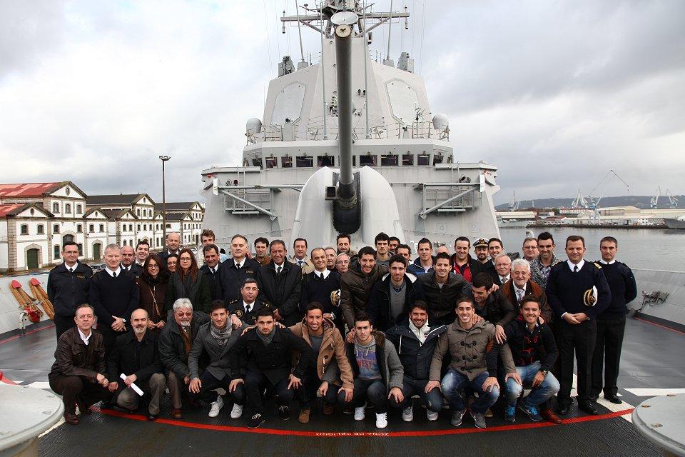 La Fragata Almirante Juan de Borbón estrecha lazos con el equipo de fútbol de Ferrol