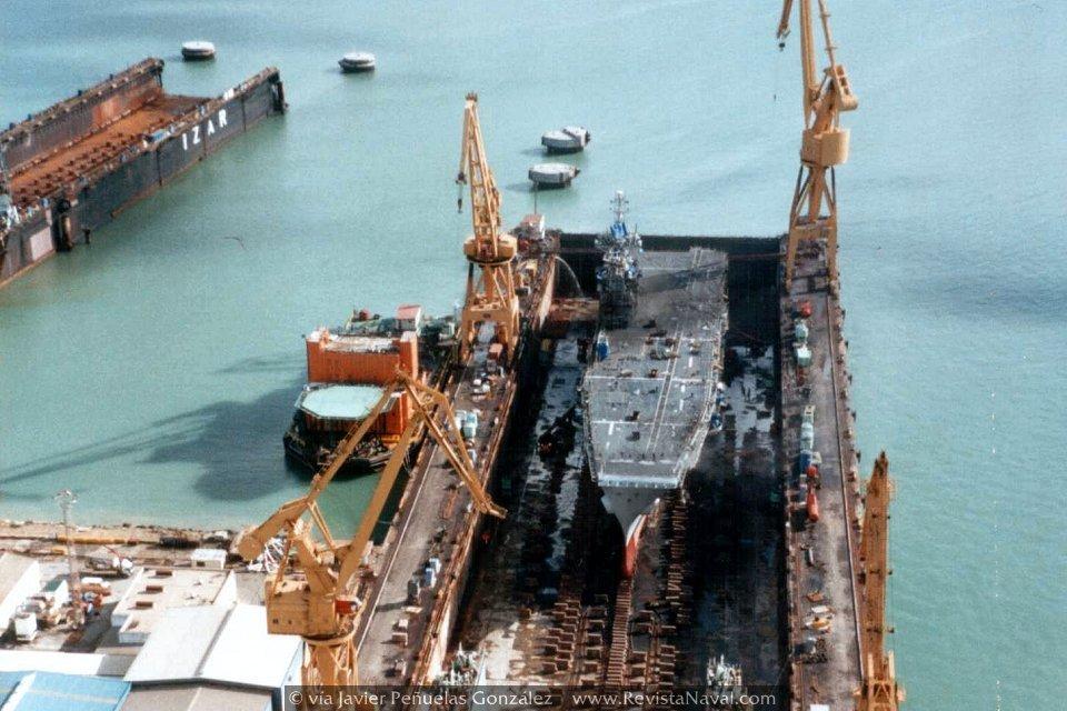 El portaviones «Príncipe de Asturias» durante una varada de mantenimiento en los astilleros de Cádiz (Foto: vía Javier Peñuelas González)