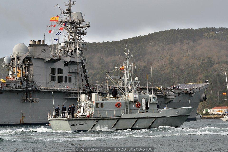 Lancha de instrucción A-82 «Contramaestre Navarrete» escoltando al portaviones (Foto: Xoán Porto/Revista Naval)