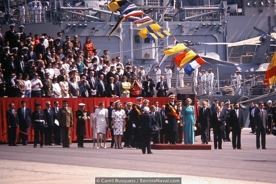 La Familia Real al completo durante la ceremonia (Foto: Camil Busquets / Revista Naval)