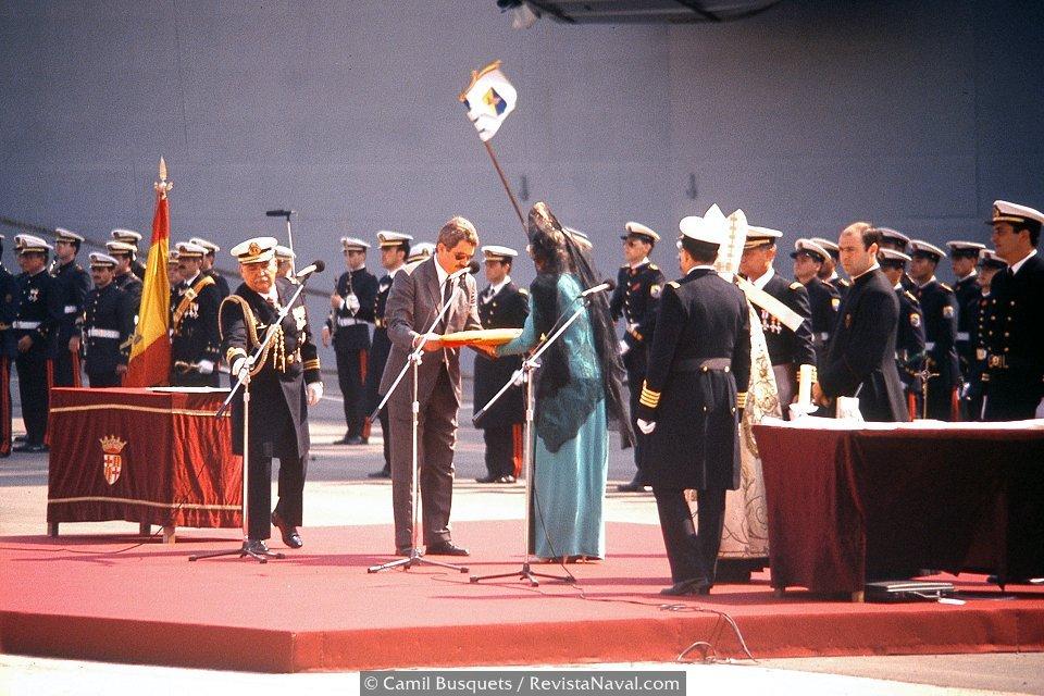 La Reina Sofía recibe la bandera de parte del alcalde Maragall (Foto: Camil Busquets / Revista Naval)