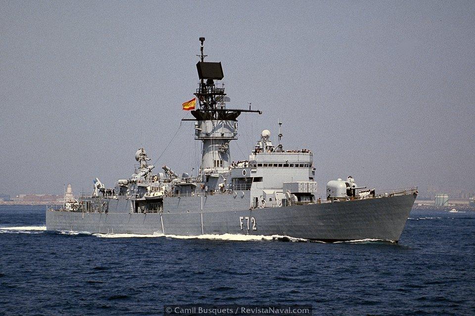Fragata Andalucía F72 dirigiéndose al lugar donde se encontraba la flota internacional fondeada(Foto: Camil Busquets / Revista Naval)