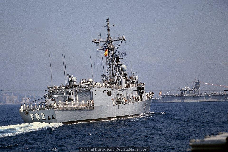 Fragata Victoria F82 iniciando la revista naval (Foto: Camil Busquets / Revista Naval)