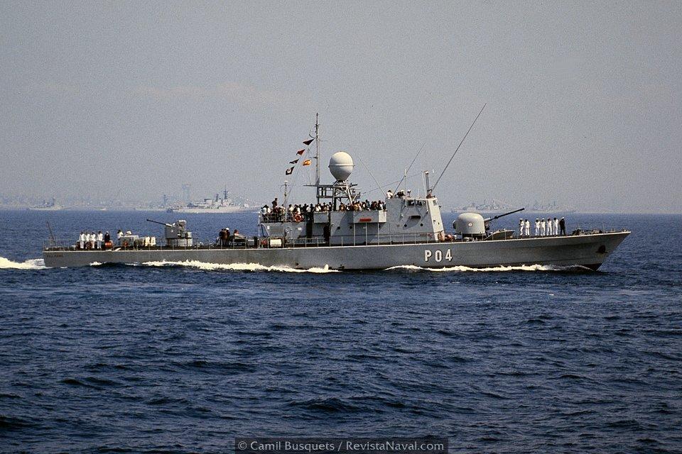 Los patrulleros Recalde P06 y Villamil P04 actuaron también como escoltas del evento (Foto: Camil Busquets / Revista Naval)
