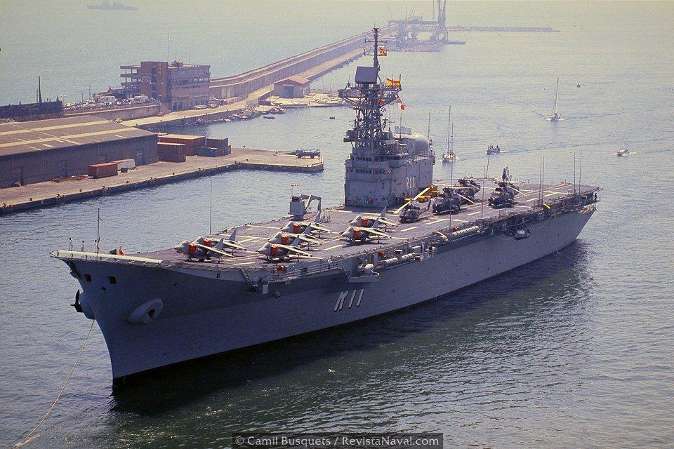 Entrada del portaaviones español en el puerto de Barcelona una vez finalizada la revista naval (Foto: Camil Busquets / Revista Naval)