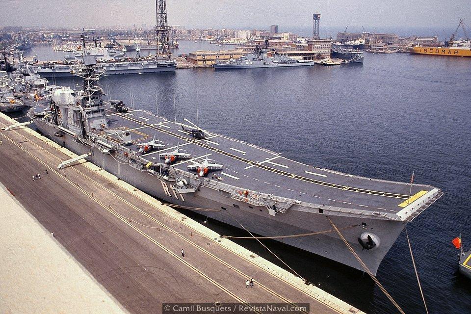 Vista del R11 atracado en el muelle de Sant Bertran (Foto: Camil Busquets / Revista Naval)