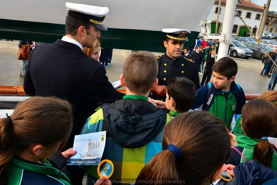 Recibiendo a los pequeños a bordo (Foto: Xoán Porto/Revista Naval)