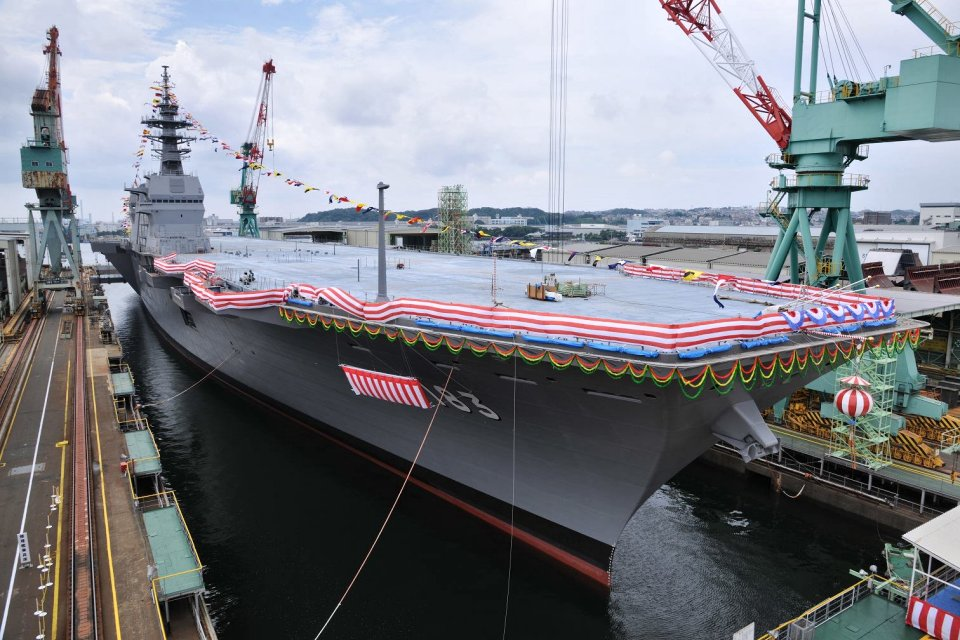 Japón celebra la puesta a flote del portahelicópteros «Izumo» DDH-183