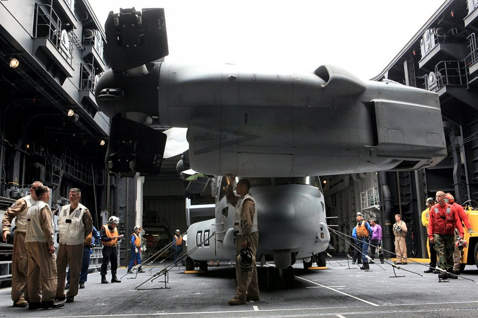 Movimiento del MV-22 a bordo del hangar del «Hyuga» (Foto: US Marine Corps)