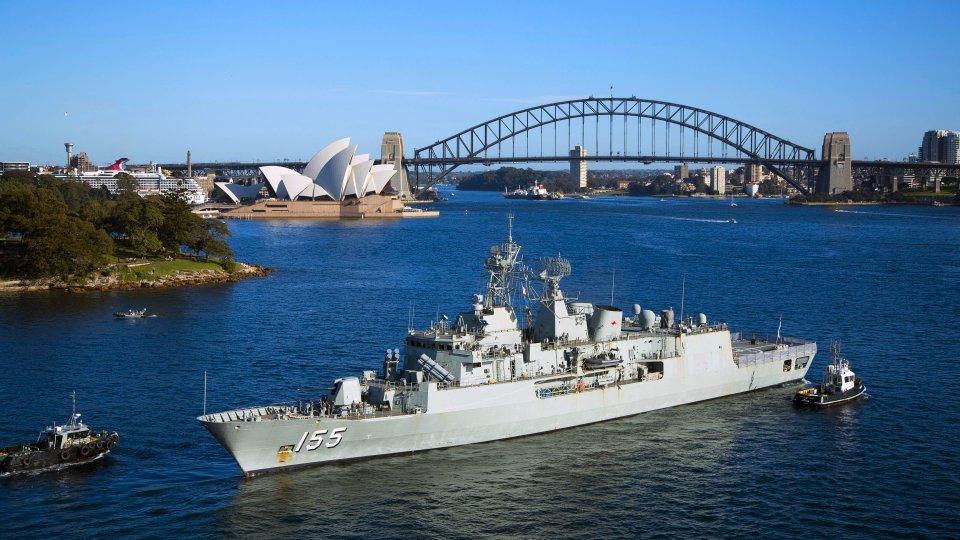 La fragata HMAS «Ballarat» entrando en Garden Island, al fondo los iconos por los que es reconocida mundialmente la ciudad australiana: el edificio de la Ópera y el Puente de la Bahía (Foto: Ministerio de Defensa de Australia)