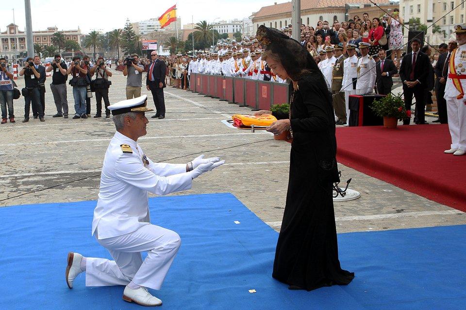 La Reina Sofía entrega la bandera de combate al comandante del buque, capitán de navío Antonio Piñeiro Sánchez (Foto: Ignacio Gómez / Ministerio de Defensa)