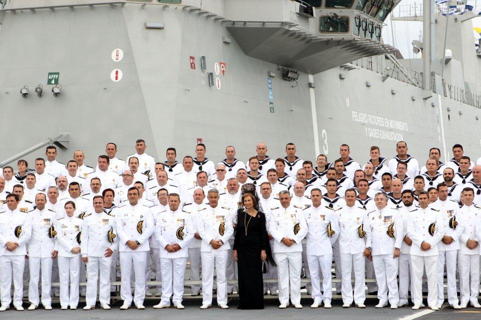 Foto de familia con la dotación del «Juan Carlos I» hoy en Cádiz (Foto: Ignacio Gómez / Ministerio de Defensa)