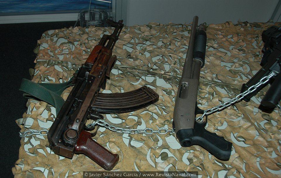 Detalle de un fusil de asalto AK-47 Kaláshnikov (izquierda), arma preferida por los piratas somalíes (Foto: Javier Sánchez García/Revista Naval)