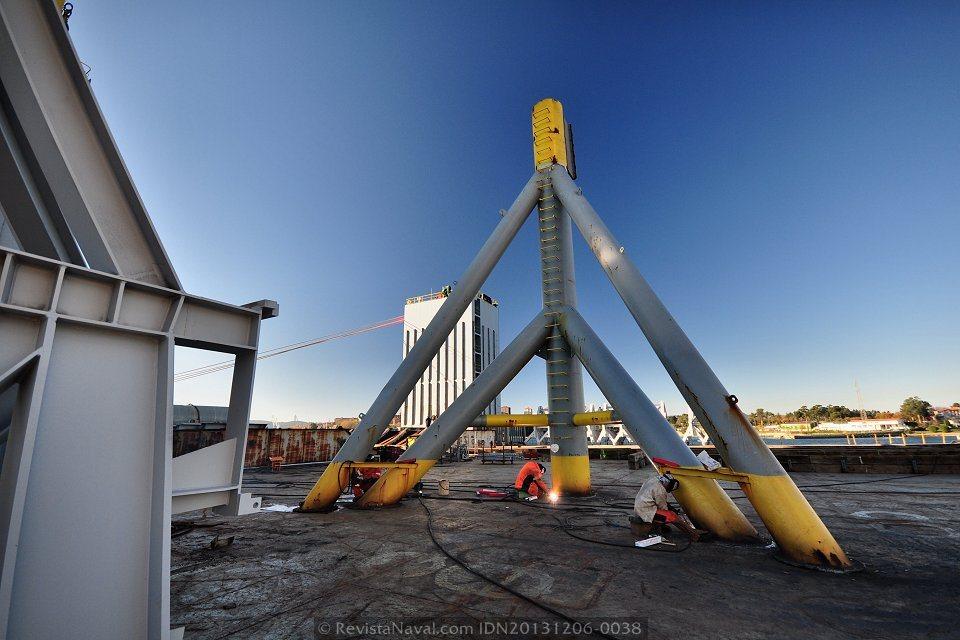 Espectacular imagen de los trabajos a bordo del Blue Marlin (Foto: Rodrigo Díaz Castro/Revista Naval)