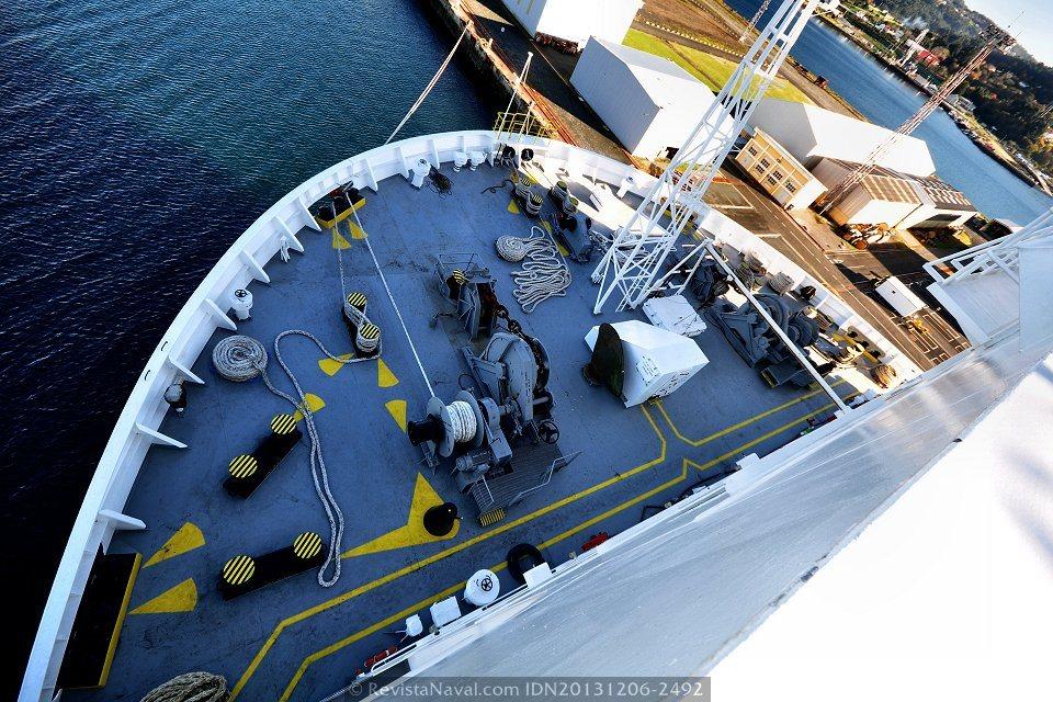 Detalle de la maniobra del buque en el castillo de proa, vista desde el alerón del puente (Foto: Rodrigo Díaz Castro/Revista Naval)