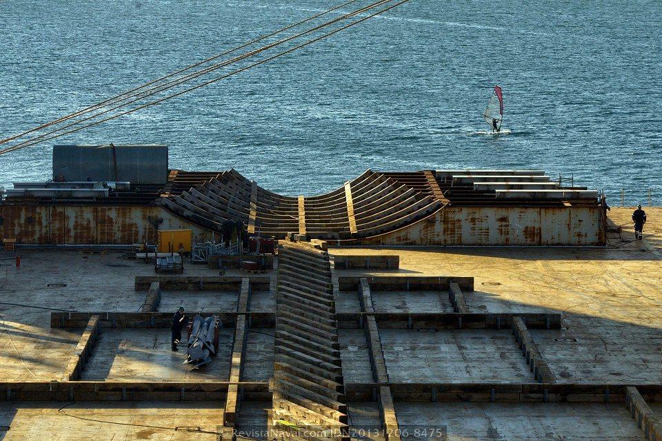 La estructura de acero con formas curvas a popa de la cubierta del Blue Marlin, forrada con listones de madera, alojará la sección de proa del Adelaide (Foto: Rodrigo Díaz Castro/Revista Naval)