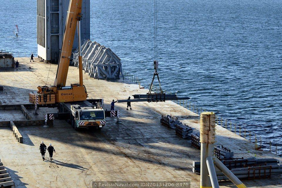 Una grúa autopropulsada en la cubierta de trabajo apoya a las dos gigantescas grúas de cigüeña del astillero durante las tareas de embarque de material (Foto: Rodrigo Díaz Castro/Revista Naval)