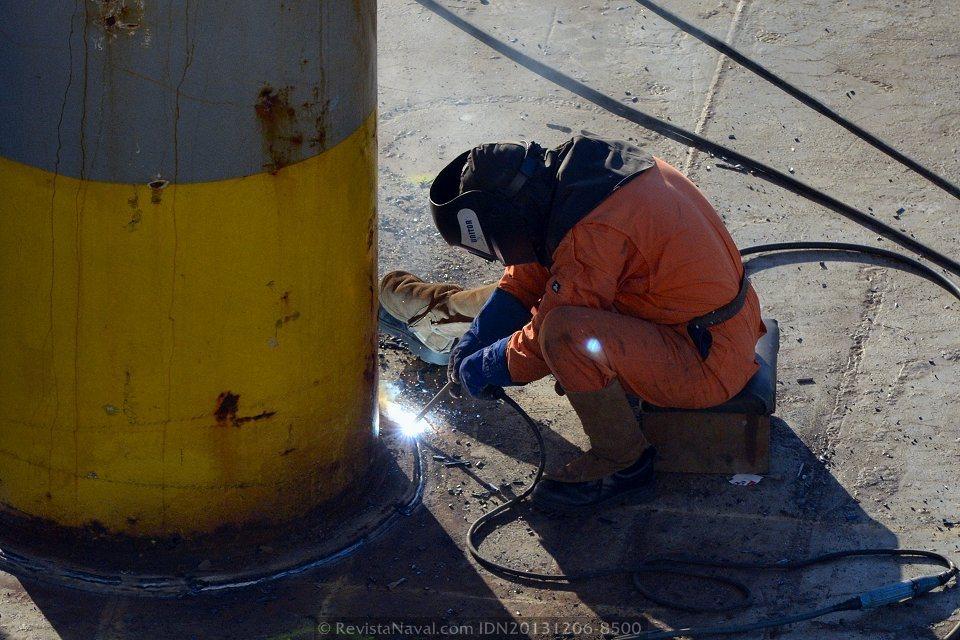 La cubierta tiene que ser configurada específicamente para cada operación de carga. Las tareas de soldado y desoldado son una rutina habitual para los miembros de la tripulación del Blue Marlin (Foto: Rodrigo Díaz Castro/Revista Naval)